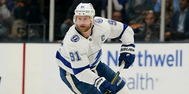 Tampa Bay Lightning center Steven Stamkos brings the puck up the ice against the New York Islanders during the first period of Game 6 of the NHL hockey Stanley Cup semifinals, mercoledì, giugno 23, 2021, in Uniondale, N.Y. (AP Photo/Frank Franklin II)