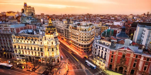 As of 7 June 2021, travelers from the US, EU and non-EU countries are allowed to enter Spain as long as they have been vaccinated for COVID-19 or have met.