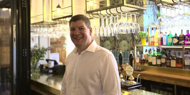 Tony Brett, proprietario di The Holcombe Farmshop and Kitchen, ha deciso di esporre il contenuto della capsula del tempo al pub.