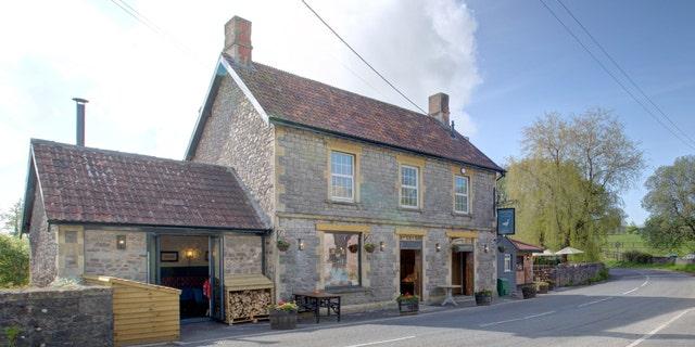 L'edificio Holcombe Farmshop and Kitchen è stato costruito nel XIX secolo e ha subito diversi lavori di ristrutturazione nel corso degli anni.