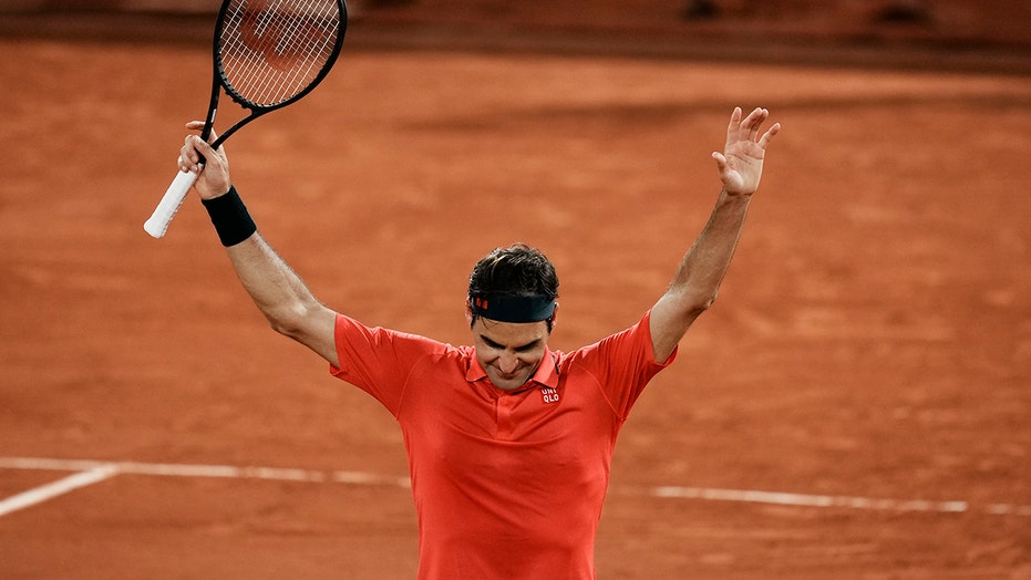 Federer needs 4 tight sets to reach French Open's 4th round