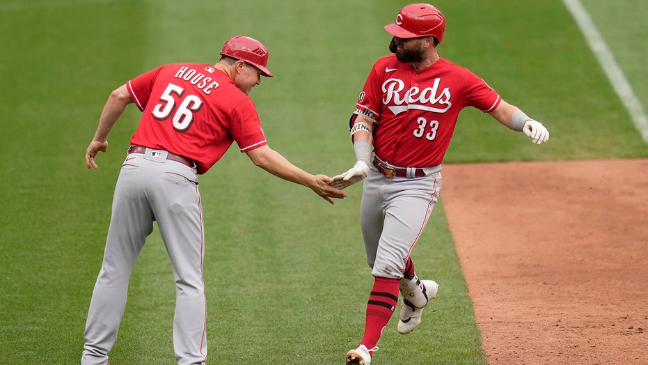 Winker's 3 homers lift Reds over Cards 8-7 for 4-game sweep
