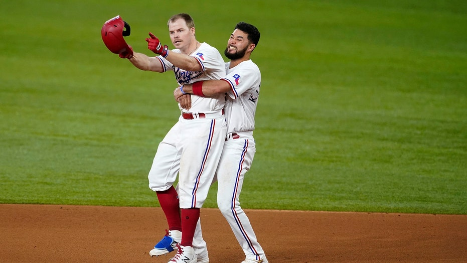 Holt walk-off hit for Rangers in 4-3 win over Giants in 11