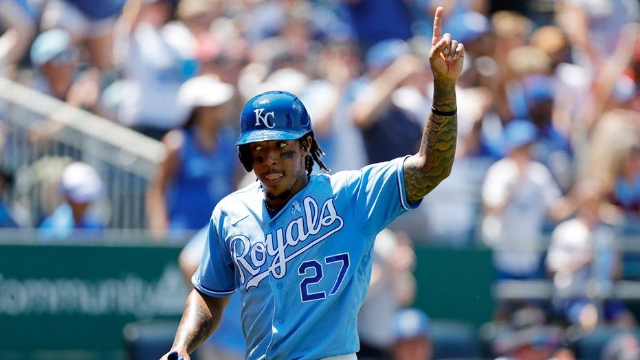 Dyson double caps 10-pitch AB, Royals top Red Sox 7-3