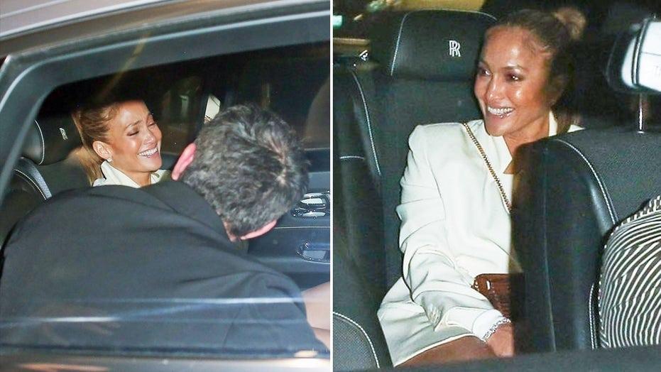 珍妮弗·洛佩兹, Ben Affleck erupt in laughter during romantic date night in Los Angeles: 相片