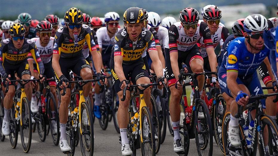 Tour de Francia ve 2 Choques masivos cuando el espectador causa un choque inicial con un signo.