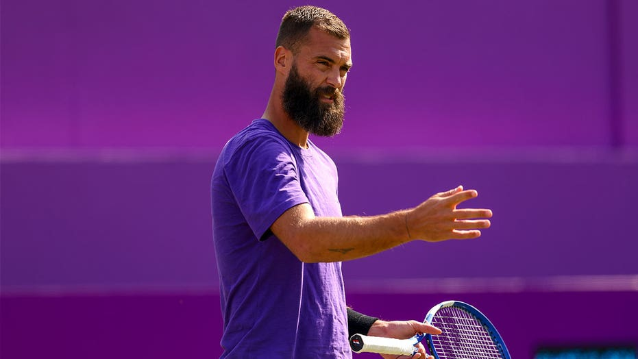 Benoit Paire penalized, heckled during Wimbledon match