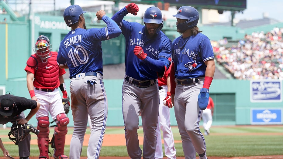 Hernández hits 2 of Jays' 8 HRs in 18-4 rout of Red Sox