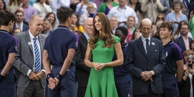 Vévodkyně z Cambridgského ústředního soudu s míčovými chlapci, tenisový šampionát ve Wimbledonu 10. července