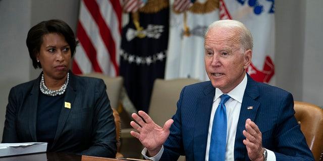 Washington Mayor Muriel Bowser listens as President Joe Biden speaks during a meeting on reducing gun violence, in the Roosevelt Room of the White House, Lunedi, luglio 12, 2021, a Washington. (AP Photo / Evan Vucci)