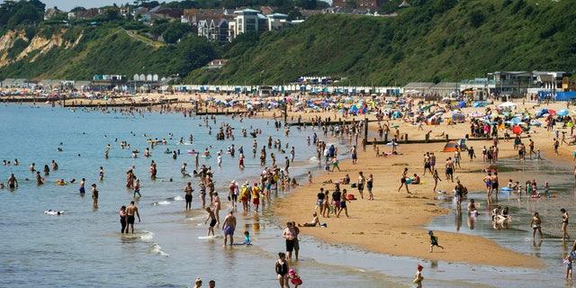 Le persone si godono il tempo a Bournemouth Beach nel Dorset, in Inghilterra, lunedì 19 luglio 2021 (Steve Parsons/PA via AP)
