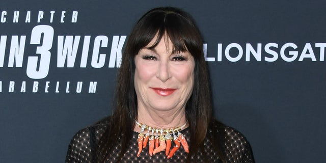 Anjelica Huston said that Murray left her out of a cast dinner.