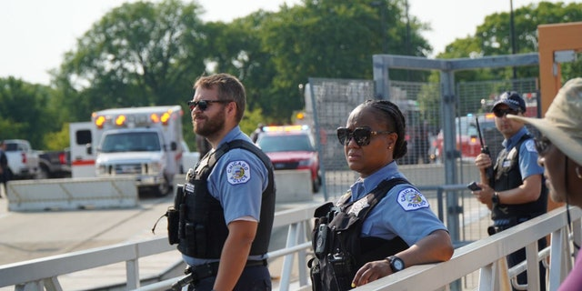 Des agents du service de police de Chicago patrouillent au bord du lac de la ville pendant le week-end du 4 juillet.  (Police de Chicago)
