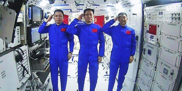 Les astronautes sont arrivés le 17 juin pour une mission de trois mois à bord de la troisième station orbitale chinoise, dans le cadre d'un ambitieux programme spatial dans lequel un rover robotique a atterri sur Mars en mai.  (AFP)