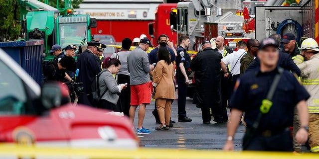 Emergency crews respond after a building under construction collapsed Thursday, mes de julio 1, 2021, en Washington. (AP Photo/Carolyn Kaster)