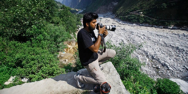 Reuters photographer Danish Siddiqui covers the monsoon floods and landslides in the upper reaches of Govindghat, 印度, 星期六, 六月 22, 2013. (美联社)