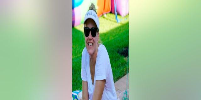 Esta foto sin fecha proporcionada por el Dr. Mitchell Bernknopf muestra a Ángela González.  González y su hija, Deven, se encontraban entre los sobrevivientes que fueron rescatados de los escombros del edificio de condominios Champlain Towers South, que se derrumbó parcialmente.  Ángela González sigue hospitalizada con heridas graves.  (Dr. Mitchell Bernknopf vía AP)