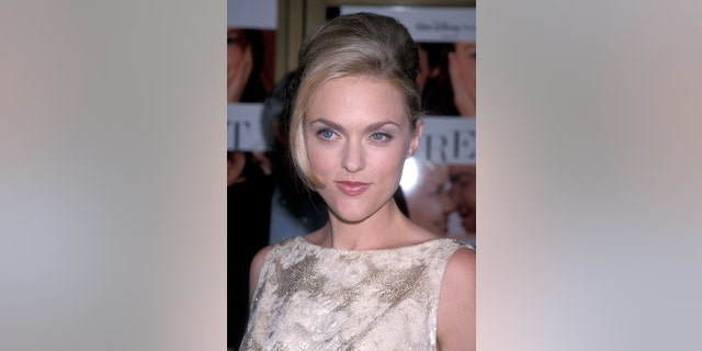 Actress Elaine Hendrix attends 'The Parent Trap' Westwood Premiere on July 20, 1998 at the Mann National Theatre in Westwood, California.