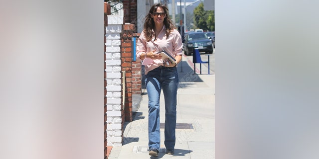 Jennifer Garner running errands and organizing the construction of her new home on July 30, 2021, in Los Angeles., Calif.