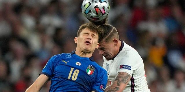Calvin Phillips de Inglaterra, a la derecha, y Nicolo Parilla de Italia, desafían el balón durante la final del Campeonato de Europa de Fútbol de 2020 entre Inglaterra e Italia en el estadio de Wembley en Londres, el domingo 11 de julio de 2021 (AP Photo / Frank Augstein, Pool)