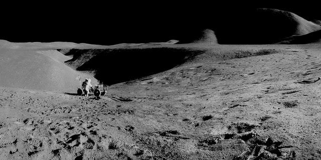 نمای پانوراما از اولین استفاده از کشتی رومینگ ماه (LRV) و قله هادلی 14000 پا.