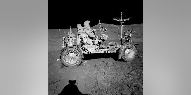 Comandante Dave Scott en el vehículo itinerante lunar (LRV)