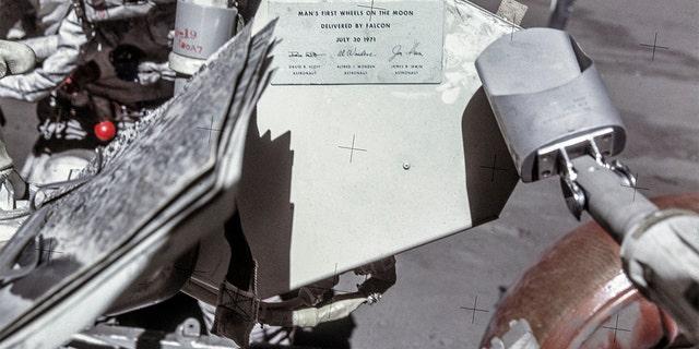 Una placa conmemorativa en el vehículo itinerante lunar (LRV)