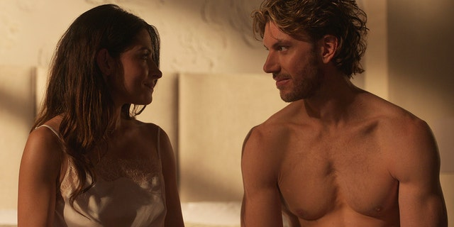 Sarah Shahi (엘) as Billie Connelly and Adam Demos (아르 자형) as Brad Simon in 'Sex/Life' on Netflix.