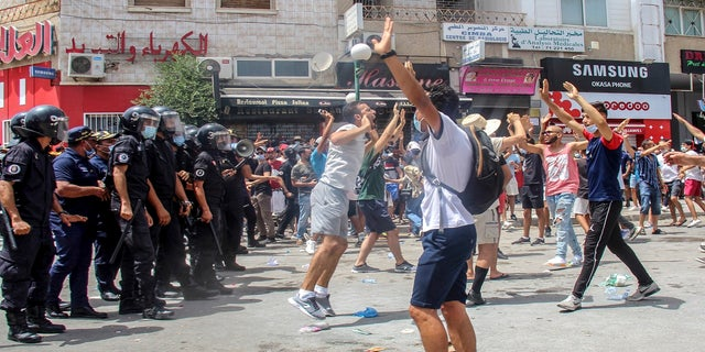 Violent demonstrations broke out on Sunday in several Tunisian cities as protesters expressed anger at the deterioration of the country's health, economic and social situation.