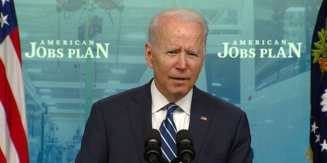 Biden's COVID-19 vaccine mandate draws postal union backlash