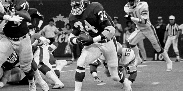 Running Back Herschel Walker #34 of the New Jersey Generals runs the ball in the game between the Memphis Showboats vs The New Jersey Generals of the United States Football League (USFL) at Giants Stadium on June 1, 1985. (Photo by Al Pereira/Getty Images/Michael Ochs Archives)