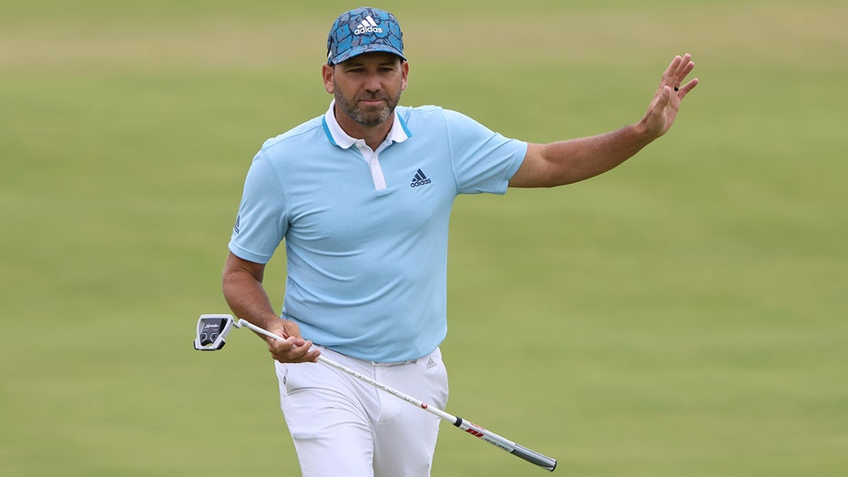 Stuck in traffic, Sergio makes it to the course in time