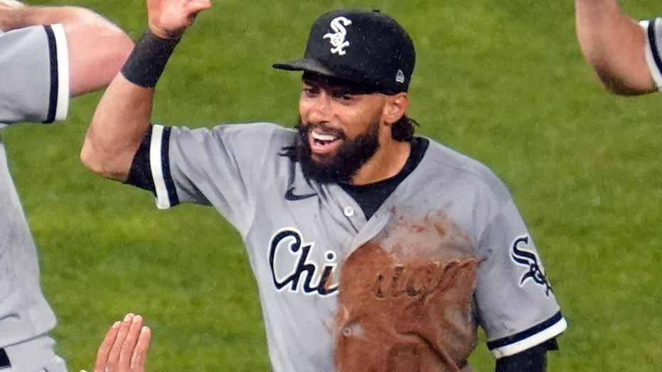 White Sox outfielder Billy Hamilton makes incredible full-extension catch