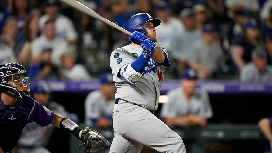 Muncy hits 2 HRs, Buehler wins 10th as Dodgers beat Rockies