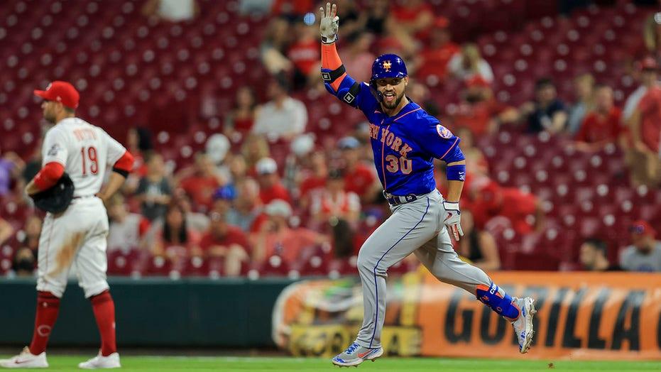 Mets smash 7 homers, shake off 4 errors in wild 15-11 win