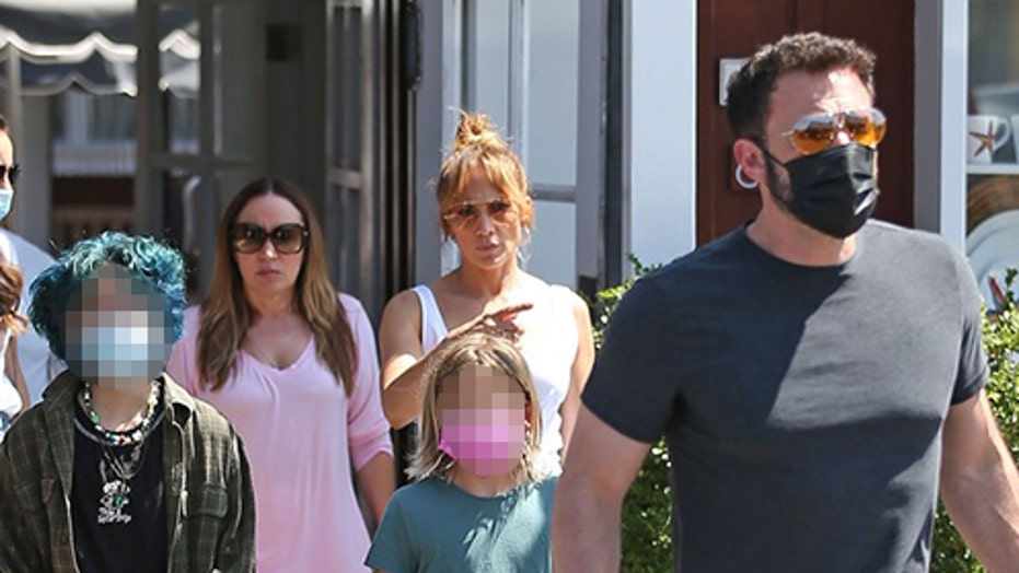 Jennifer Lopez, Ben Affleck spotted with kids during Los Angeles lunch outing