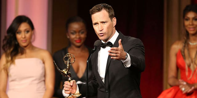 Mike Richards accepte le prix du jeu télévisé exceptionnel pour The Price is Right aux Daytime Emmy Awards 2016 à l'hôtel Westin Bonaventure le 1er mai 2016 à Los Angeles, Californie.