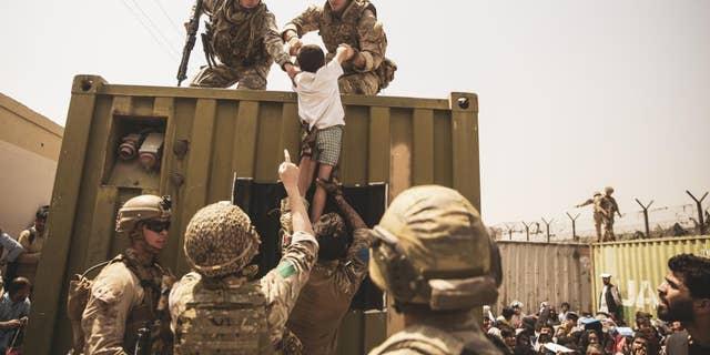 Evacuation at Hamid Karzai International Airport by SSgt Victor Mancilla (Department of Defense)