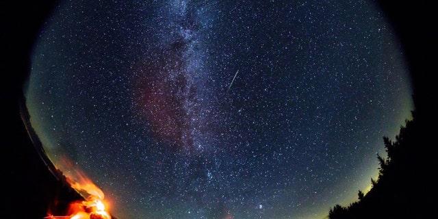 در این عکسبرداری 30 ثانیه ای ، که با یک لنز ماهیگیر گرد ایجاد شده است ، شهابی در طول بارش شهابی سالانه پرسید در جمعه 12 اوت 2016 در اسپرچ ناوب ، ویرجینیای غربی بر فراز آسمان پرواز کرد.