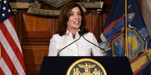کتی هوچول فرماندار نیویورک پس از مراسم سوگند در پایتخت این ایالت در سه شنبه 24 اوت 2021 در آلبانی نیویورک با خبرنگاران صحبت می کند.