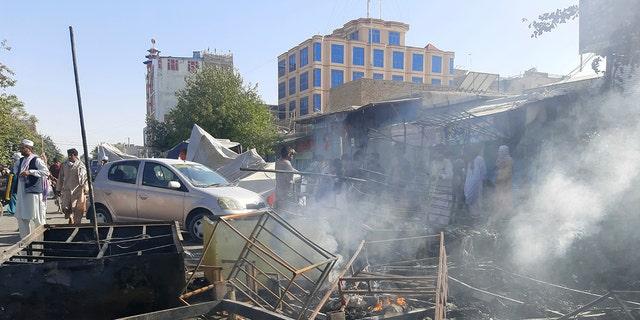 في مدينة قندوز بشمال أفغانستان ، تصاعد الدخان بعد اشتباك بين طالبان وقوات الأمن الأفغانية.  8 ، 2021 (AP Photo / Abdullah Sahil)