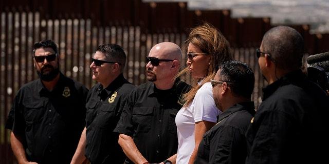 Caitlin Jenner, la candidata republicana de camisa blanca a gobernador de California, es vista con miembros del Consejo Nacional de Seguridad Fronteriza durante una visita a San Diego el viernes 13 de agosto de 2021.  (Associated Press)