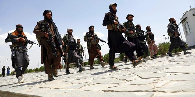 इस अगस्त 19, 2021 में, फ़ाइल फ़ोटो, काबुल, अफ़ग़ानिस्तान में तालिबान लड़ाके गश्त करते हैं।  तालिबान के अधिग्रहण के बाद, ढह गई सरकार के कर्मचारी, नागरिक समाज के कार्यकर्ता और महिलाएं जोखिम वाले अफगानों में से हैं जो छिप गए हैं या सड़कों से दूर रह रहे हैं।  (एपी फोटो/रहमत गुल, फाइल)