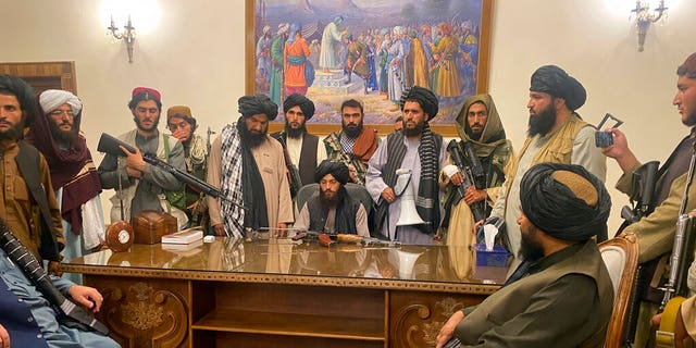 FILE - इस अगस्त १५, २०२१ फाइल फोटो में, राष्ट्रपति अशरफ गनी के देश से भाग जाने के बाद, तालिबान लड़ाकों ने अफगानिस्तान के काबुल में अफगान राष्ट्रपति महल पर कब्जा कर लिया।  (एपी फोटो / ज़बी करीमी, फ़ाइल)