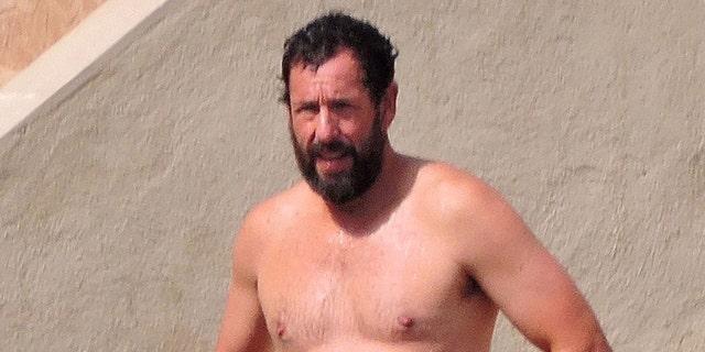 Adam Sandler fue visto en la playa en España el domingo.