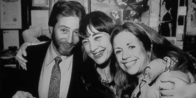 Prosecutors share photo of Robert Durst (왼쪽), Susan Berman (middle) and Kathie Durst (권리) at Robert Durst's Aug. 11 murder trial. (폭스 뉴스)