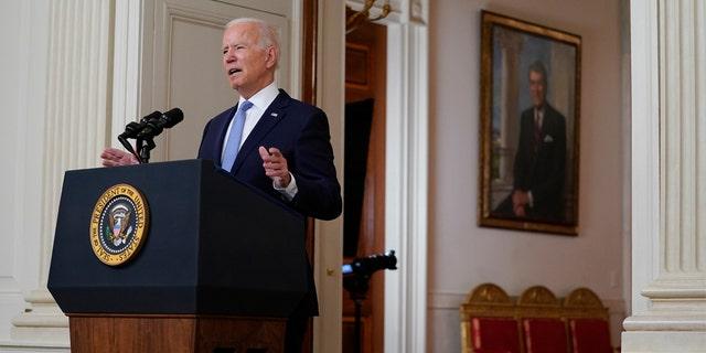 राष्ट्रपति जो बिडेन, वाशिंगटन में मंगलवार, 31 अगस्त, 2021 को व्हाइट हाउस के स्टेट डाइनिंग रूम से अफगानिस्तान में युद्ध की समाप्ति के बारे में बोलते हैं।