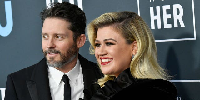 Kelly Clarkson's estranged husband Brandon Blackstock was allegedly 'extremely jealous' of the former 'American Idol' winner's success, secondo un nuovo rapporto.
