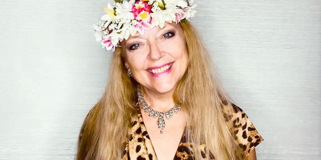 'Tiger King' star Carole Baskin has sold Joe Exotic's Oklahoma zoo properties. Part of the deal prohibits the land from being used as a zoo for at least 100 años.