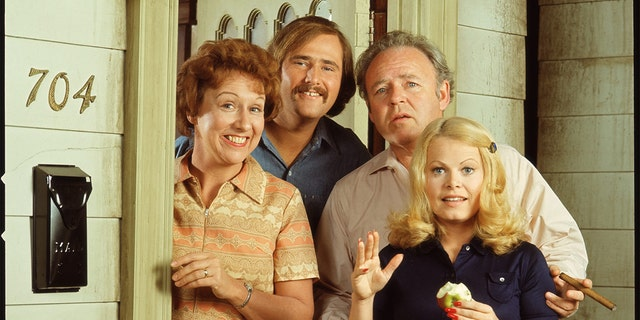"""A promotional still shows the cast from the American television show """"All in the Family,"""" Gli angeli, Calif., early 1970s. They stand in the doorway of their television address, 704 Hauser St., Astoria, Queens, New York, e sono, da sinistra, American actors Jean Stapleton, Rob Reiner, Carroll O'Connor (1924-2001) and Sally Struthers."""